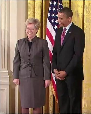 图4 2013年美国总统奥巴马为法伯尔授予美国国家科学奖章