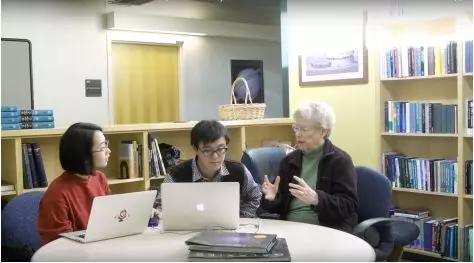 图5 法伯尔(左三)在与笔者(左二)及上海天文台林琳博士(左一)讨论课题 (来源:UCSC)